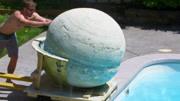 世界上最大的泡澡球,投入泳池会怎样?看样子还不如清水池!